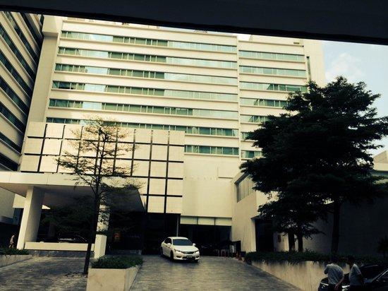 COMO Metropolitan Bangkok: Front of hotel