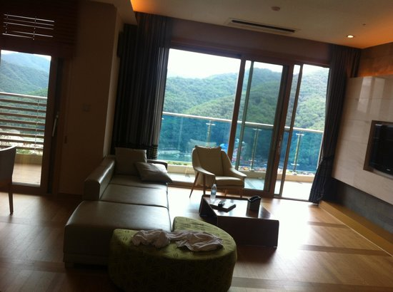 Daemyung Resort Vivaldi Park: 홈페이지에 이미지컷 만큼은 아니지만, 깔끔하고 전망 좋고^^
