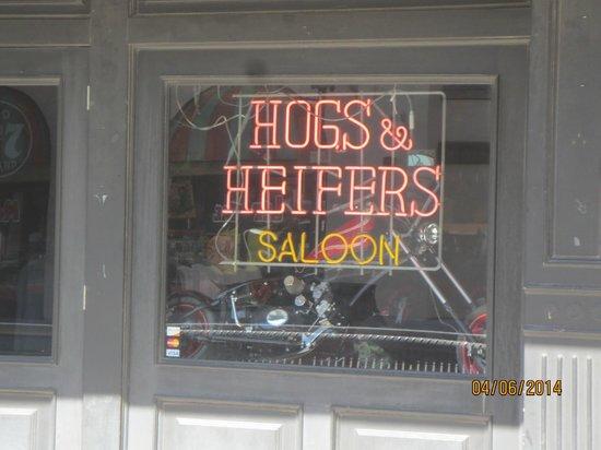 Hogs N Heifers Saloon : sign