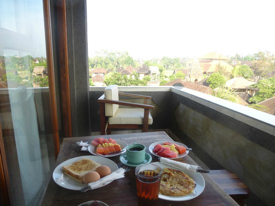 Dewa Bungalows : breakfest on the balcony