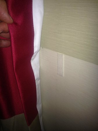 Holiday Inn Sofia : 1/2 Velcro tab on wall, nothing on curatin.  evidence that light issue is old one.