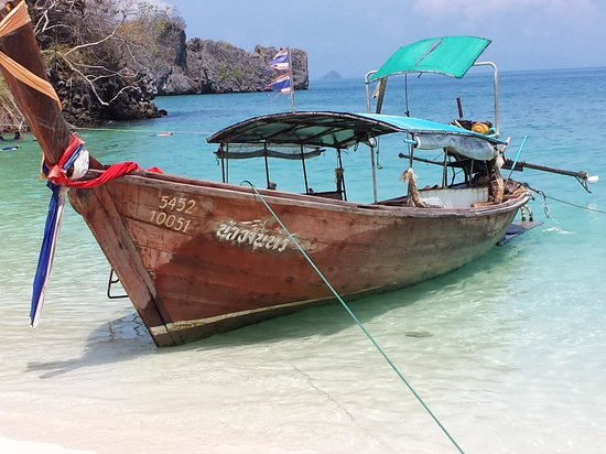 Tup Kaek Sunset Beach Resort: Our Long Tail boat from beach to Poda Island