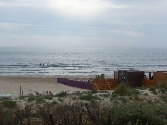 La Plage Art et Émotions : vue de la chambre sur la mer et la plage privee de l hotel
