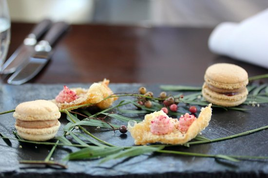 Muse Restaurant : Amuse - Chicken liver pate macaron and crackling with beetroot (???)