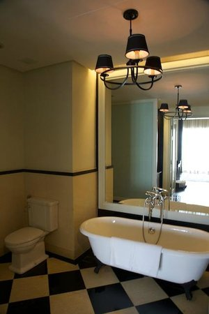Eastern & Oriental Hotel: Bathroom