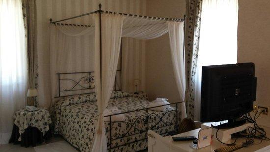 Hotel Monastero : Letto a baldacchino della junior suite