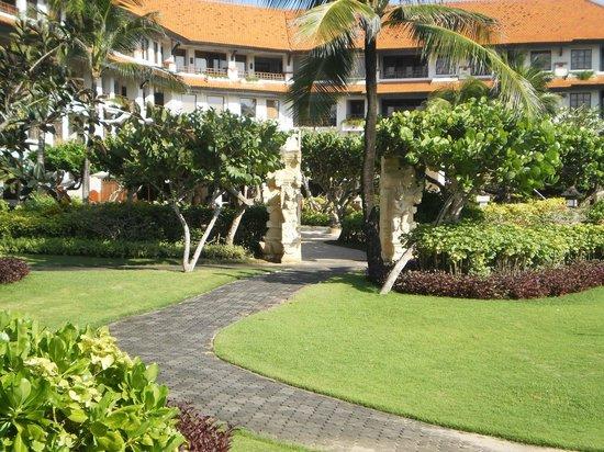 Grand Hyatt Bali: отель используется и как научно-культурный центр, зона расселения нетуристов)))