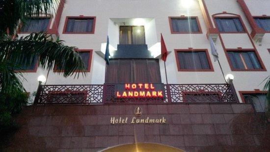 Hotel Landmark : Front door