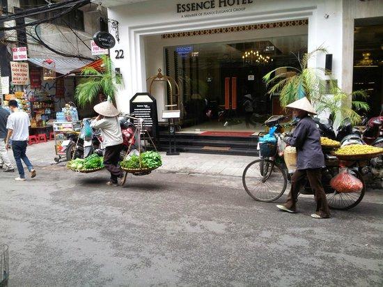 Essence Hanoi Hotel & Spa : Essence Hotel entrance and street activity