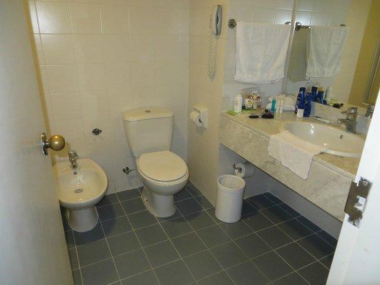 Coral Beach Hotel & Resort: Room 2621 Bathroom