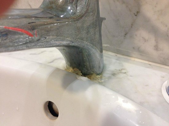 Coral Beach Hotel & Resort: Mould under tap Room 2621