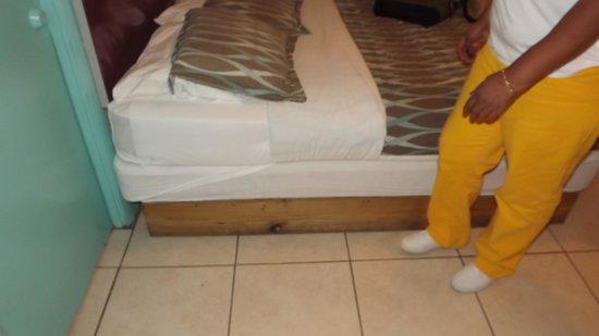 Miami Sun Hotel: bed