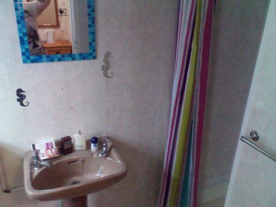 GR8 Hotel: tidy bathroom