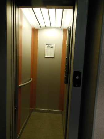 Hotel André Latin: tiny elevator