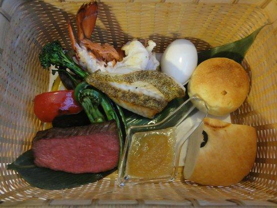 Niki Club: メインの料理の籠(伊勢海老・白身魚・フィレ肉のグリル等)