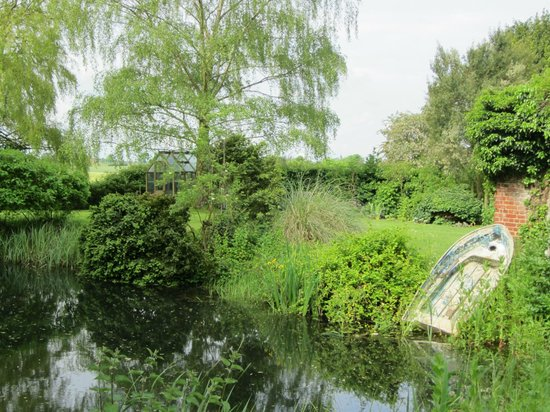 Boundary Farm Bed & Breakfast : Garden and pond
