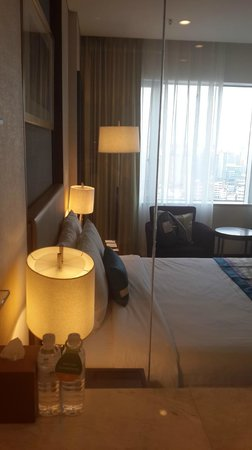 Courtyard by Marriott Seoul Times Square : room view from full glass bathroom