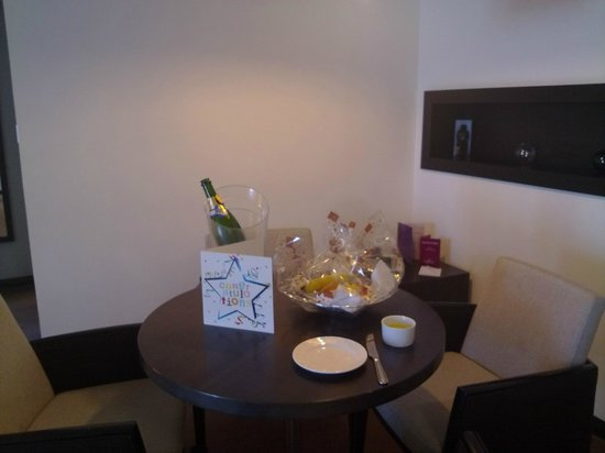 Crowne Plaza Birmingham City Centre: Welcome fruit basket and birthday card!