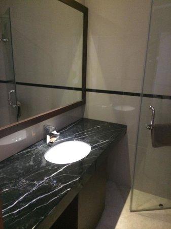 Kuta Town House Apartments: 2nd room's bathroom