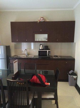 Kuta Town House Apartments: Kitchen/Dining area