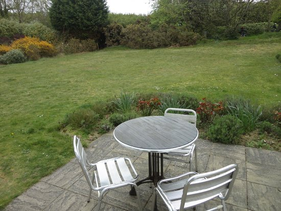 Thorpeness, UK: The nice patio table and chairs !!Tabletop was pretty dirty