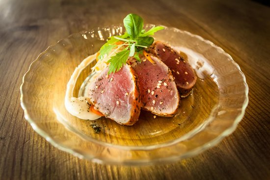 Plateau: sesame tuna