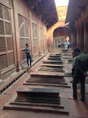 Fatehpur Sikri: Blick vom Stollen-Eingang richtung Platz
