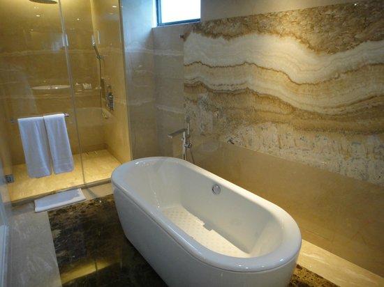 Le Meridien Bali Jimbaran : 清潔感あふれる浴室