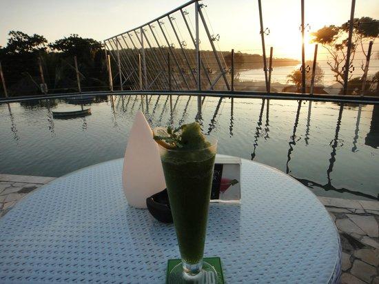 Le Meridien Bali Jimbaran: ルーフトップバーから見た夕陽