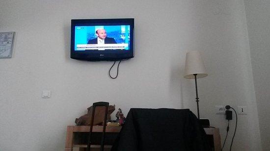 Hotel Gabriel Paris-Issy: TV on the wall
