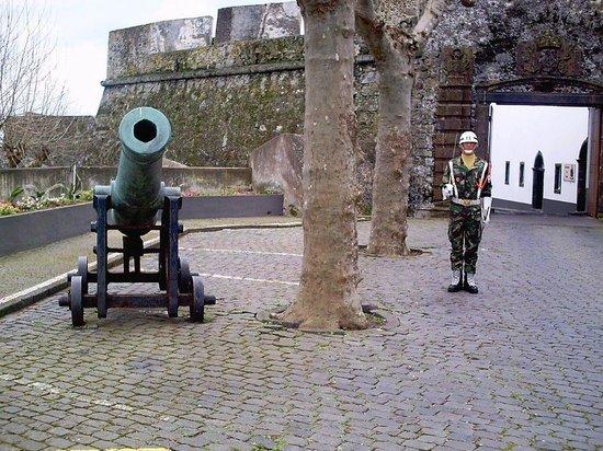 Forte de S. Bras: Wachsoldat. Dahinter Eingang zum Museum