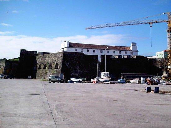 Forte de S. Bras: Von der Hafenseite