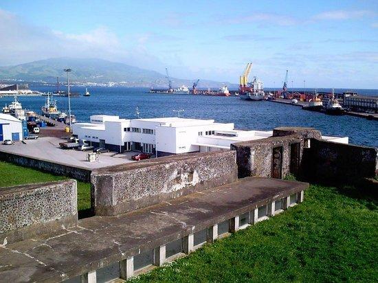 Forte de S. Bras: Auf der Festung. Blick  auf die Hafeneinfahrt