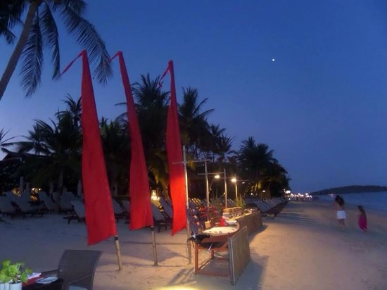 Chaweng Regent Beach Resort : Restaurant on the beach
