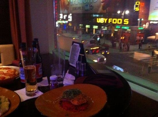 Crowne Plaza Times Square Manhattan: restaurante do hotel, no lobby