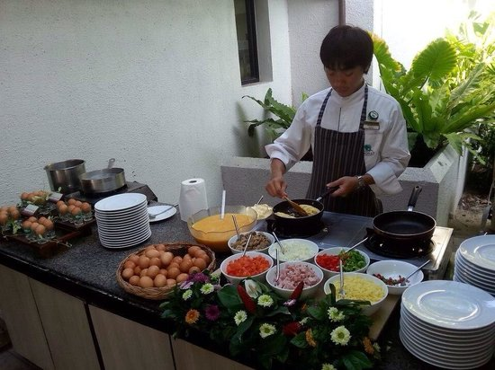 Chaweng Regent Beach Resort : Breakfast - egg station. Amazing omelettes
