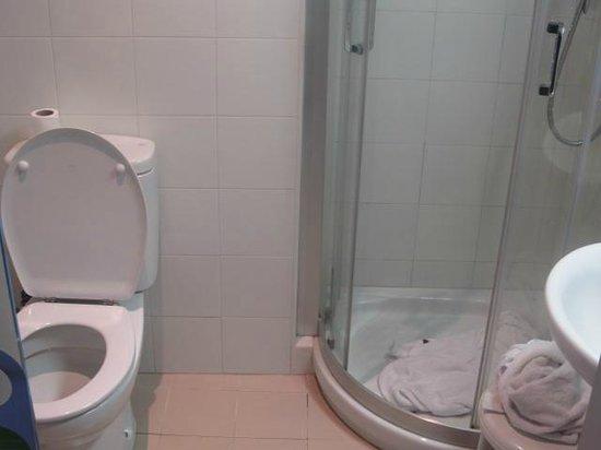 Hospederia San Martin Pinario: baño muy pequeño, llevate el jabon