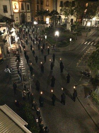 La Piazzetta Guest House: Processione nera vista dalla stanza