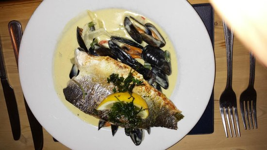 Garddfon Inn: Sea bass with mussells
