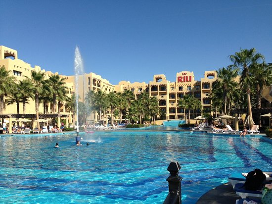 Hotel Riu Santa Fe: View of building 7 from main pool