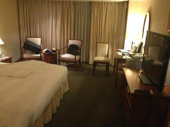 Evergreen Laurel Hotel: 實用的大電視和辦公桌