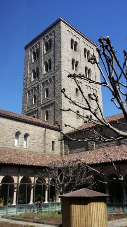 The Met Cloisters: Outside early Spring