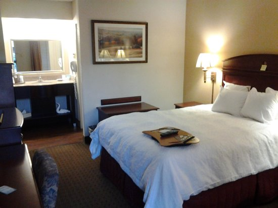 Hampton Inn Dalton: room from door