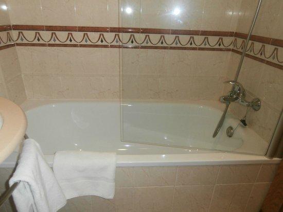 JCH Aparthotel Congreso: la bañera