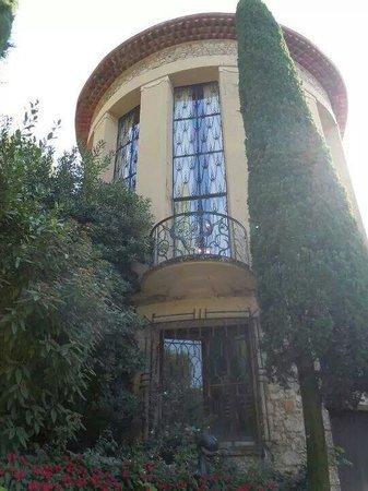 Villa Domergue : C'est cette salle qu'il a peint avec le  lumier qui entrer par la fennetre.