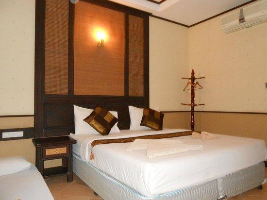 Penny's Bungalow Resort: кровать