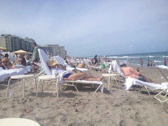 Boca Beach Club, A Waldorf Astoria Resort : Very busy beach