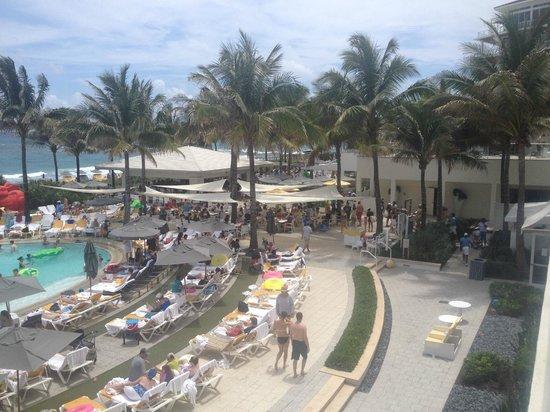 Boca Beach Club, A Waldorf Astoria Resort: Restaurant by pool