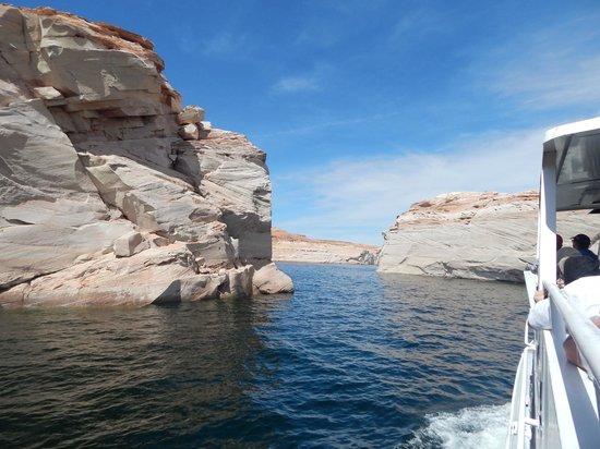 Lake Powell Boat Tours : Going thru the straits.