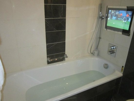 Hilton London Syon Park : Watch TV in the bath with a cuppa!